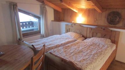 Schlafzimmer groß mit 5 Zirbenholzbetten und Balkon