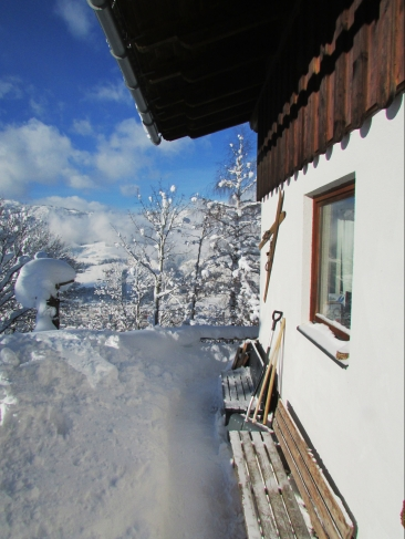 Art Chalet im Winter Südseite und Eingang